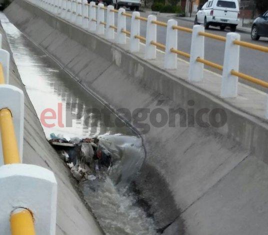 Pluviales llenos de basura en plena alerta climática