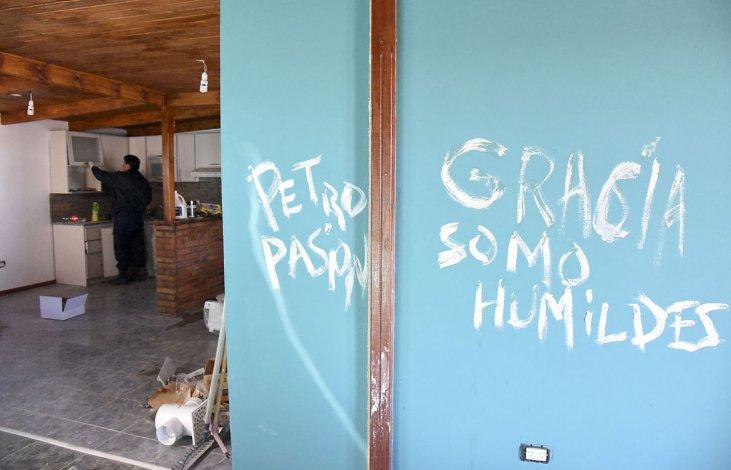 Los delincuentes pintaron los picaportes y aberturas con barniz para tapar sus huellas.