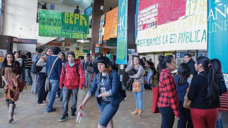 El reclamo salarial de los docentes universitarios influye en el dictado de clases del colegio secundario que funciona allí.