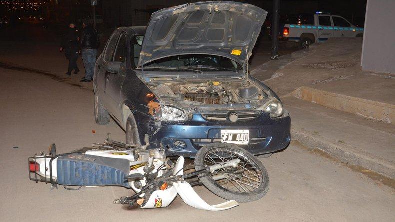 La moto que circulaba por la calle San José Obrero terminó incrustada debajo del Corsa que transitaba por Jorge Montes.
