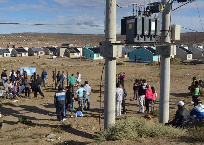 Vecinos que ocuparon el sector de las 187 Viviendas se concentraron junto a un transformador de energía para impedir que Servicios Públicos cortara conexiones no autorizadas.