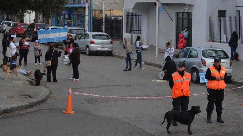 Por la mañana un grupo de mujeres cortó la calle de acceso al edificio de tribunales