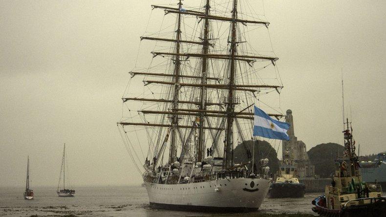 El buque escuela de la armada partió hacia una nueva travesía.
