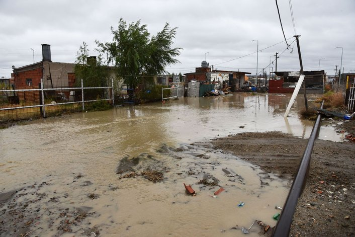 Las calles inundadas en los asentamientos de Km 8.
