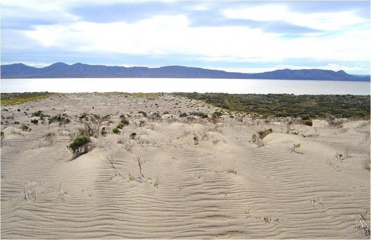 En 2004 se observaba la península del lago cubierta de agua pero la lengua de erosión avanzaba sobre la ladera de las sierras. Hoy la zona está completamente seca.