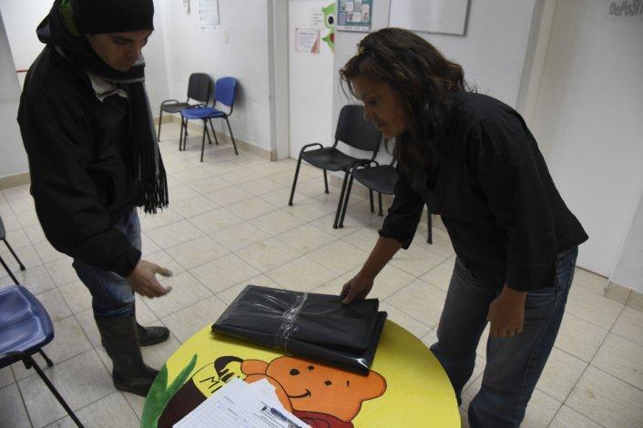 El sábado la entrega de nylon se trasladó a las asociaciones vecinales para evitar que los damnificados tuvieran que trasladarse hasta Defensa Civil.