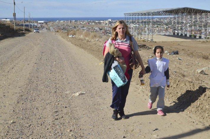 La escena de esta madre que camina muchos kilómetros para llevar a su pequeña hija a una escuela y luego retornar a su casa en el barrio Bicentenario