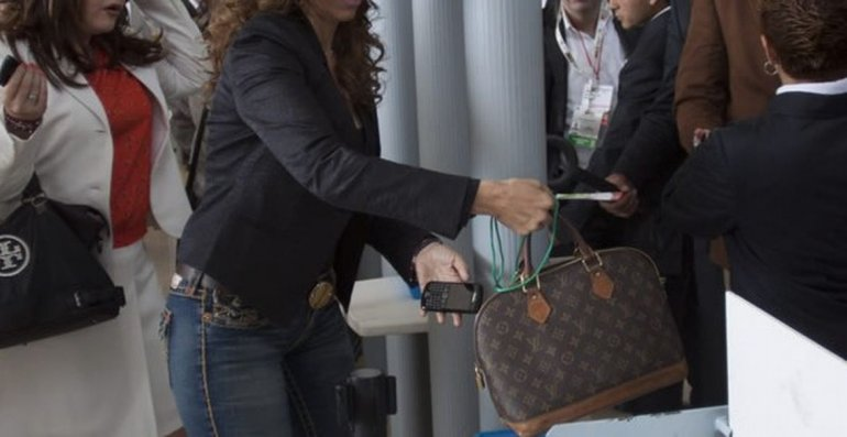 Detienen a sospechosa de golpear a otra joven para arrebatarle la cartera