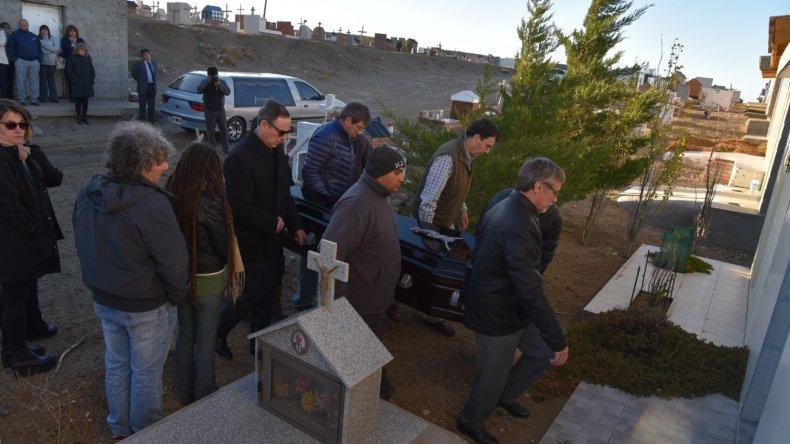 Los restos de la antigua pobladora fueron inhumados al promediar la tarde de ayer en el cementerio local. Entre quienes la acompañaron a su última morada estuvo su nieto Ignacio Guido Montoya Carlotto.
