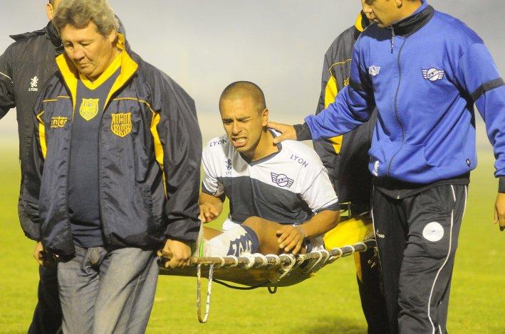 Cristian González cuando era retirado de la cancha