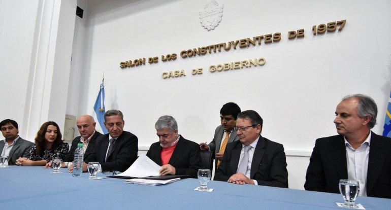 El gobernador Mario Das Neves firmó el contrato para la instalación de 530 cámaras de seguridad en catorce ciudades