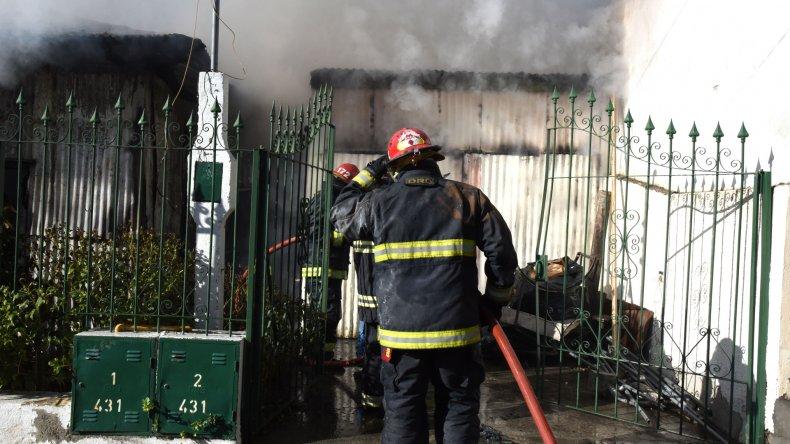 Las llamas consumieron la totalidad de una vivienda y un galpón en Kilómetro 3.