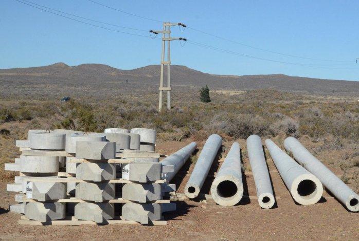 Columnas de hormigón y otros materiales destinados a la línea de 132 kw. se encuentran esparcidos en grandes extensiones de campo