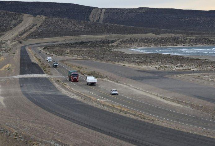 Vialidad Nacional lanzó ayer las licitaciones para ejecutar los tramos de obras faltantes de la autovía Rada Tilly–Caleta Olivia. La apertura de sobres está anunciada para el 23 de mayo.