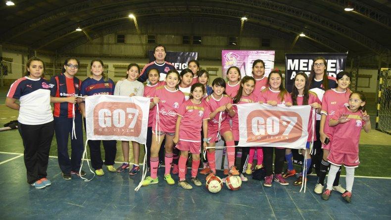 Abrazo de Gol ayer presentó su indumentaria en las instalaciones del Liceo Militar General Roca