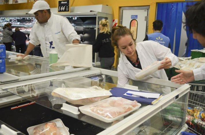 Personal de Defensa del Consumidor realizó la inspección en el supermercado.
