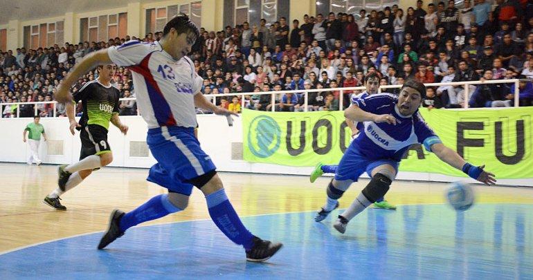 Gustavo Poruco Vivar en plena definición de uno de sus dos goles para El Tiburón.
