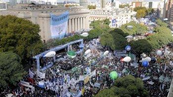Unas 350 mil personas que se movilizaron contra el gobierno de Macri.