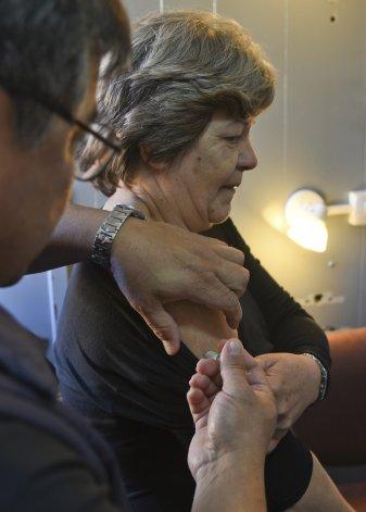 La gente puede acceder de manera cómoda y fácil al tráiler y recibir la vacuna antigripal.
