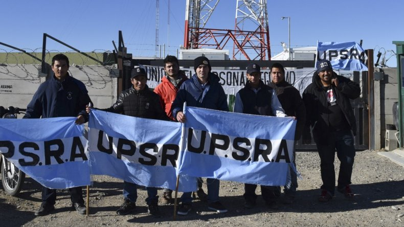 Un grupo de vigiladores bloquea el acceso a una antena principal en el cerro del barrio Altos de Vista Hermosa en Caleta.
