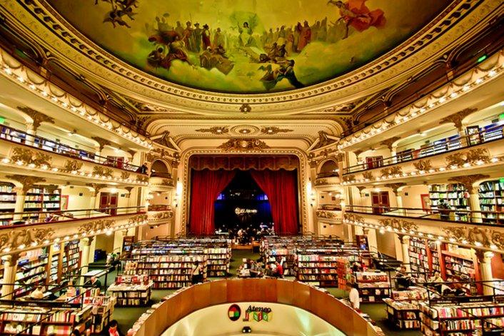 La librería mantiene impecablemente su estilo de teatro y lo adapta con belleza a las funciones actuales.