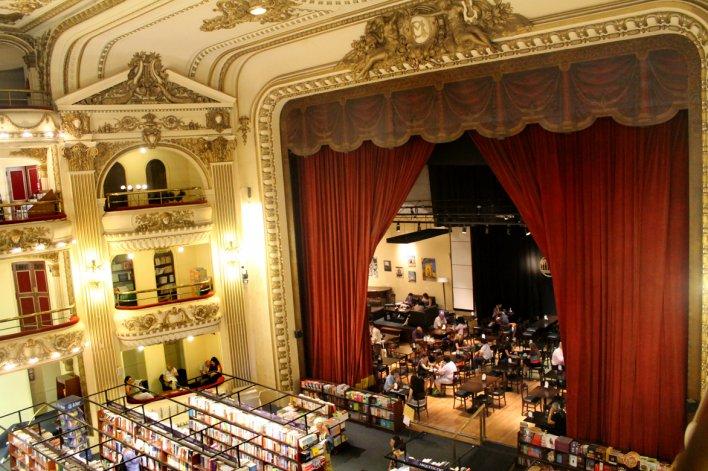 Sus palcos son ahora lugar de lectura.