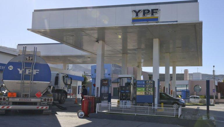 Un nuevo ajuste acordado por el Gobierno nacional con las petroleras convierte a la Argentina en el país más caro de Sudamérica para cargar combustible.
