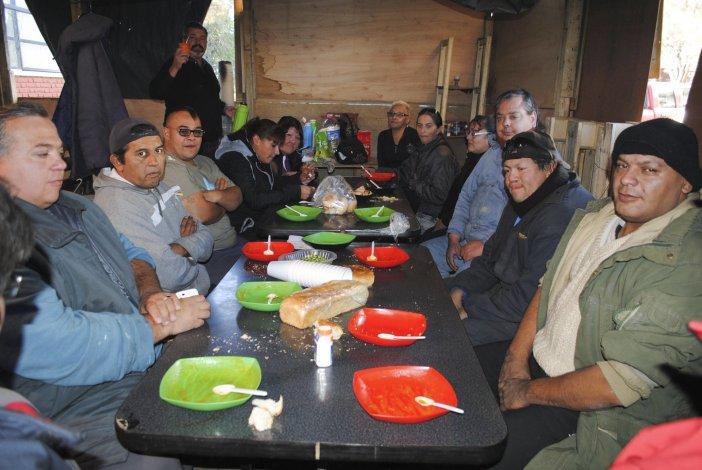 Trabajadores municipales que se encuentran en el interior de la carpa que montaron en el acceso al edificio central de la comuna
