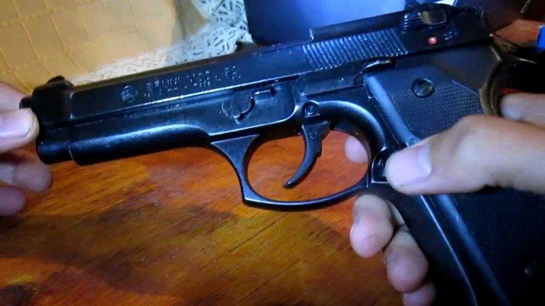Se disparó en la sien con su arma reglamentaria al forcejear con ladrones