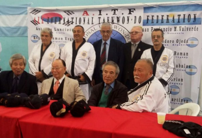 Carlos Gómez –arriba a la derecha- junto a los referentes del arte marcial.
