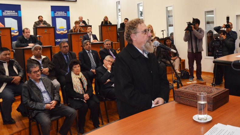 Alfredo Luenzo juró ayer la Carta Orgánica de Comodoro Rivadavia.
