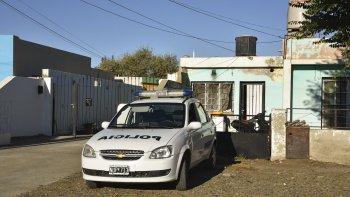 Por varias horas, efectivos policiales custodiaron el monoambiente donde fue hallado sin vida Elvin Guzmán.