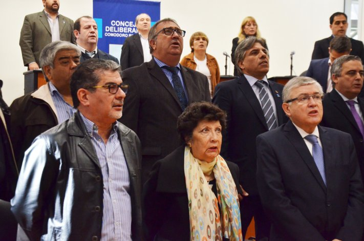 Parte de los legisladores oriundos de Comodoro que participaron del acto de ayer en el Concejo.