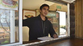 Nicolás Miranda fue asaltado por tres delincuentes mientras atendía en el carro bar La Sudestada, ubicado en la zona costanera.