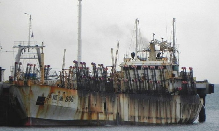 El buque chino abandonado podría ser hundido en el fondo del mar