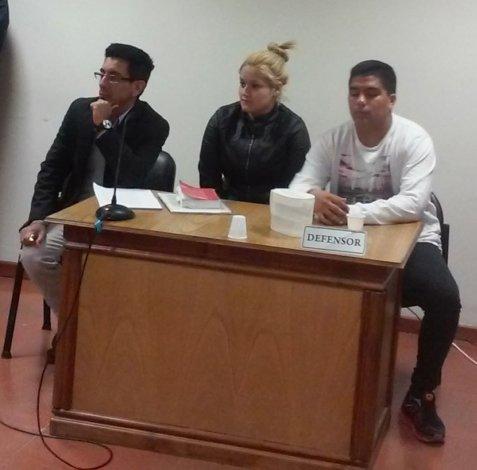 La pareja junto a su defensor durante el control de detención.