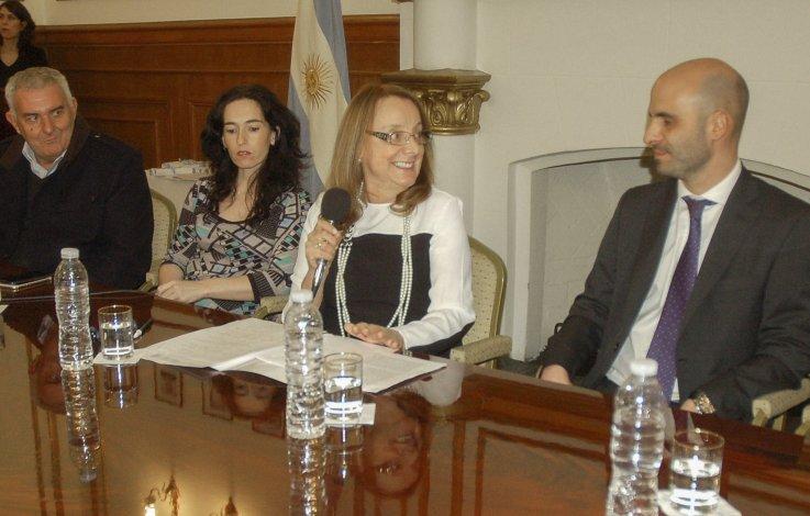 Alicia Kirchner estuvo acompañada por el ministro de gobierno