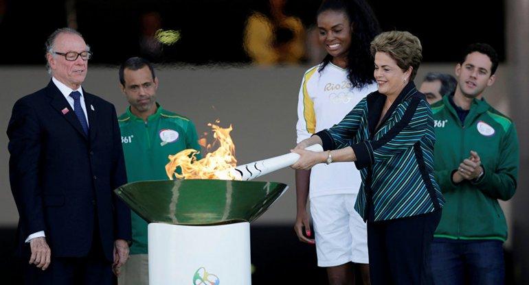 La mandataria brasileña encabezó la recepción de la llama olímpica.