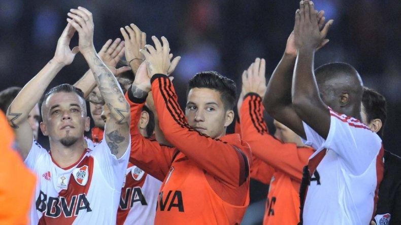 Los jugadores de River aplauden a su público