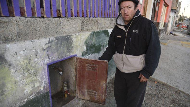 La familia que reside en el barrio Quirno Costa solicita la ayuda de la comunidad.