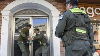 Personal de Gendarmería acciona un ariete para ingresar a Epsur, en el allanamiento que ayer tuvo más despliegue. Fue en pleno centro de Comodoro.