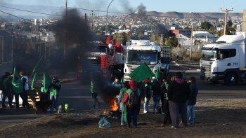 Manifestantes de ATE bloquearon ayer durante cuatro horas la Ruta 3, en el acceso norte a Caleta Olivia.
