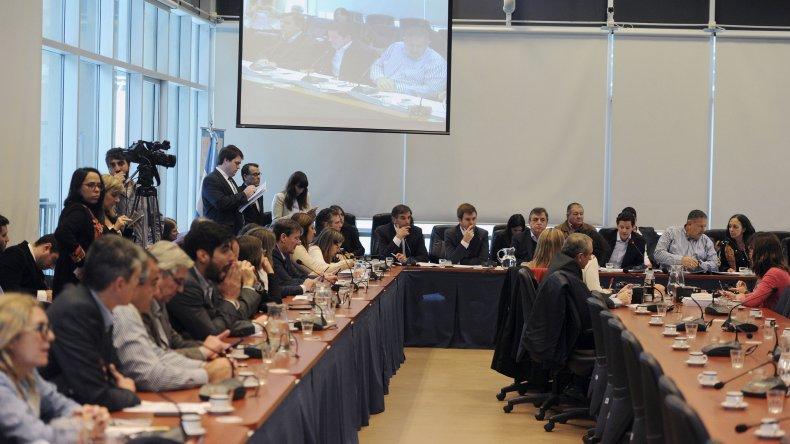 Diputados analizaron proyecto de emergencia sin la presencia de las centrales obreras.