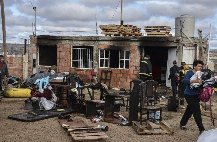 Una familia del barrio Bicentenario perdió todas sus pertenencias como consecuencia del incendio que se originó por una salamandra en la que se quemaba aceite industrial.