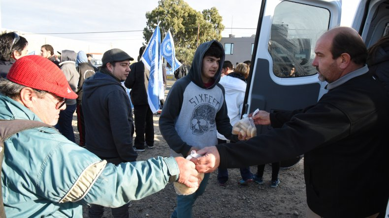Desde una panadería aportaron bizcochos para los manifestantes. Son nuestros clientes