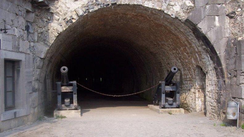 Un paseo por el interior de las murallas de la fortaleza permite recorrer sus distintas estancias: el patio de armas