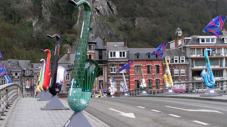 En el Puente de Charles De Gaulle se exhibe una colorida exposición de 28 saxofones cuya decoración está dedicada a los distintos países de la Unión Europea.