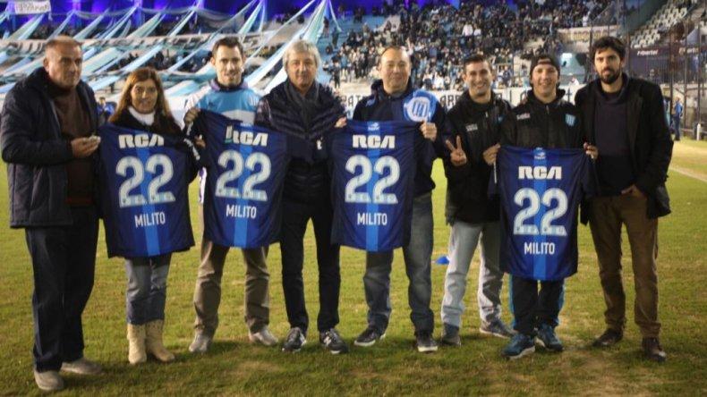 ¡Mirá la camiseta de Milito que recibió la Filial de Racing Comodoro!