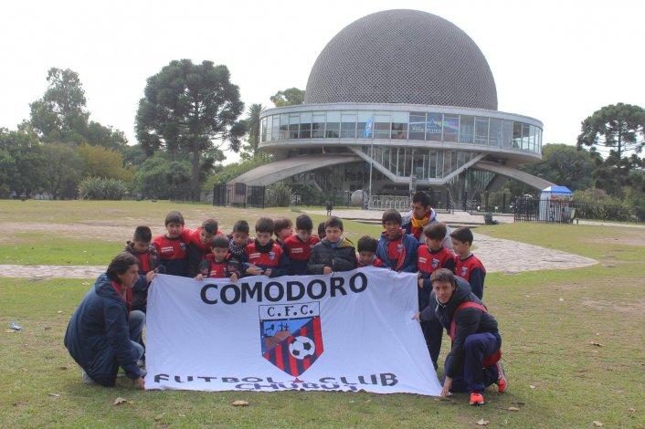 Los chicos de Comodoro Fútbol Club posan en el planetario ubicado en Palermo.