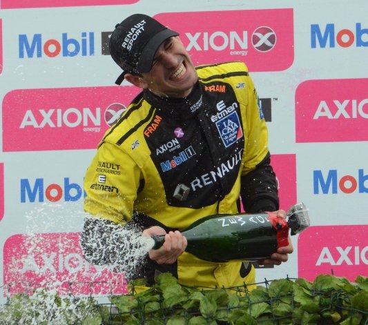 Facundo Ardusso celebra con champagne su triunfo ayer en Mendoza.